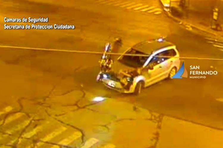 Impresionante choque de auto y moto en San Fernando