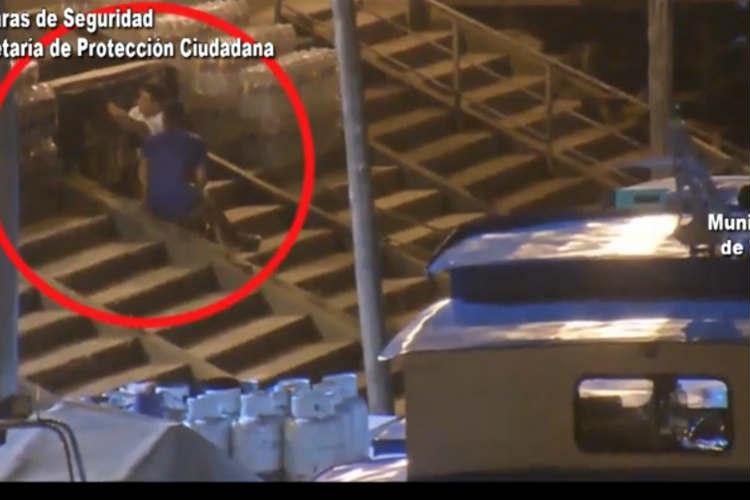 Detuvieron tres ladrones robando bebidas alcohólicas en el Puerto de Frutos