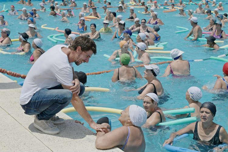 Juan Andreotti visitó a los abuelos que disfrutan las Colonias de Verano