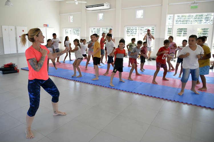 Chicas y chicos de los polideportivos Güemes y La Mascota se divierten en las colonias de verano de Tigre