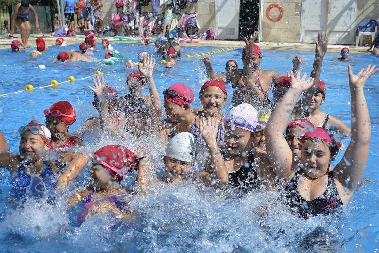 Chicas y chicos de los polideportivos Güemes y La Mascota se divierten en las colonias de verano de Tigre.
