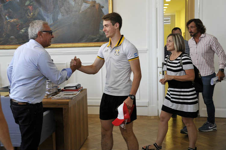 Julio Zamora recibió al jugador de squash Francisco Paita, N°1 del ranking argentino en la categoría Junior