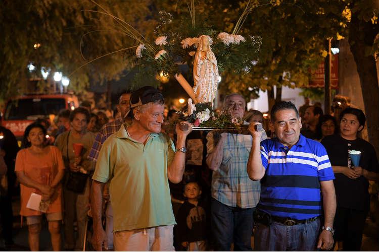 Procesión con antorchas en San Fernando en honor a la Virgen de Lourdes