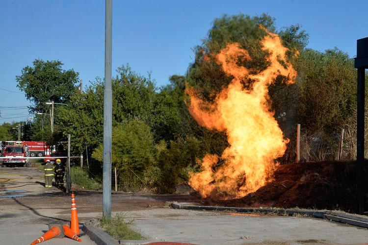 Voraz incendio por una fuga de gas en Tigre.
