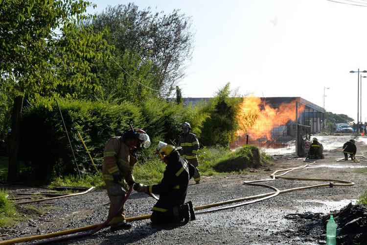 Mientras los bomberos trabajaban para extinguir las llamas, operarios de la empresa de gas lograron reducir la presión del caño para terminar de apagar el fuego.