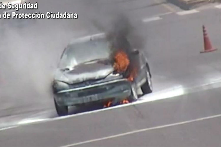 Video: Controlan el incendio de un auto en Don Torcuato
