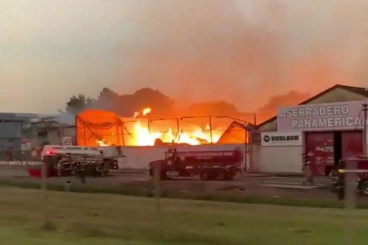 Voraz incendio destruye un Aserradero y una fábrica de colchones en Garín