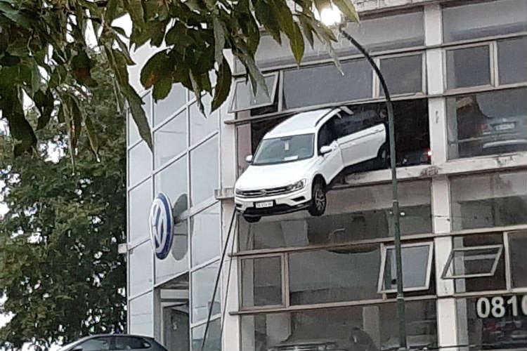 Un auto quedó colgando de un segundo piso de una concesionaria de San Isidro