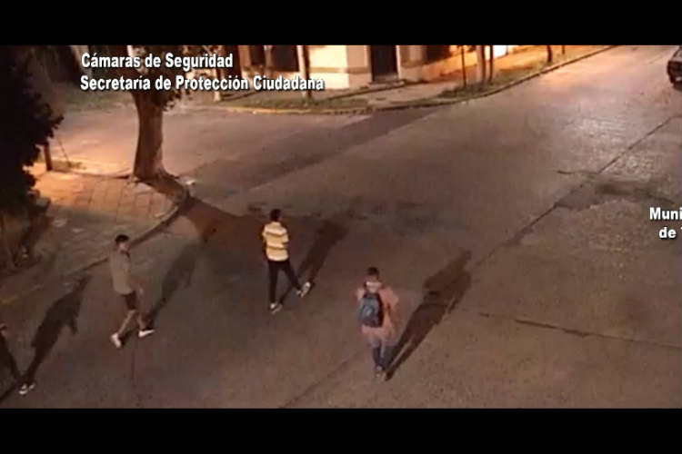 La víctima sufrió el asalto en Paseo Victorica y dio aviso a un móvil que patrullaba la zona. El sistema de monitoreo localizó a los sospechosos.