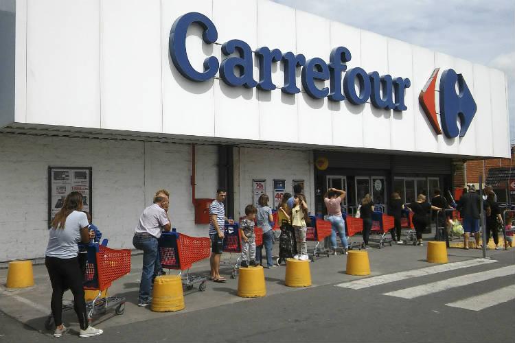 Largas colas en supermercados para aprovisionarse ante eventualidad de aislamiento obligatorio