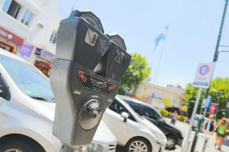 Por el Coronavirus liberan el estacionamiento en San Isidro