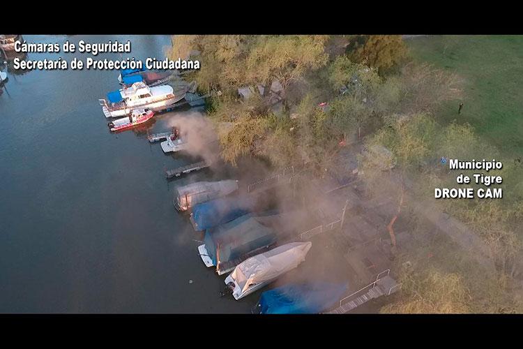 En un trabajo mancomunado entre agentes del COT, bomberos de Prefectura Naval con asiento en el Puerto de Frutos y bomberos de Tigre centro, se controló un incendio de embarcaciones en la guardería náutica Boat Park, ubicada en Rincón de Milberg.