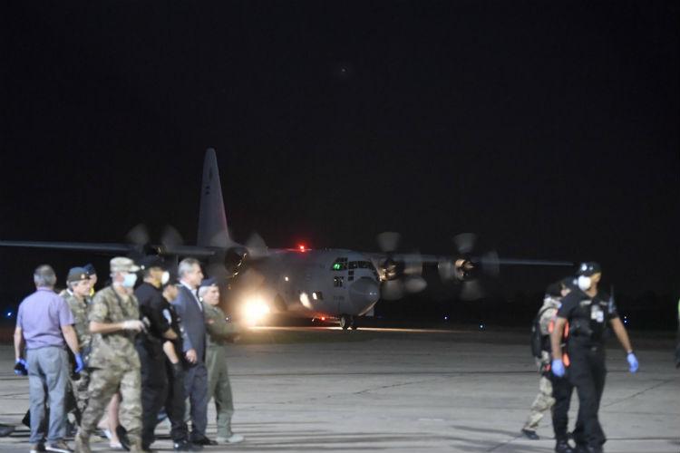 Llegó al aeropuerto del Palomar uno de los Hércules con 140 argentinos desde Perú
