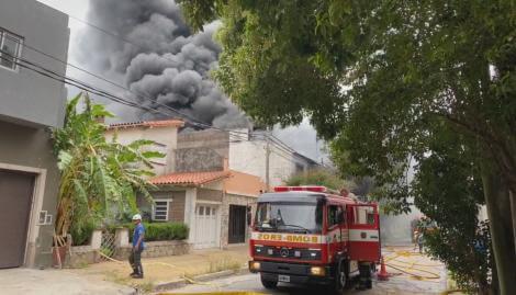 Un incendio de proporciones afectó una fábrica en Vicente López