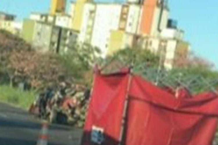 Un muerto y un herido al chocar un camión y un auto en la autopista Dellepiane en Villa Lugano