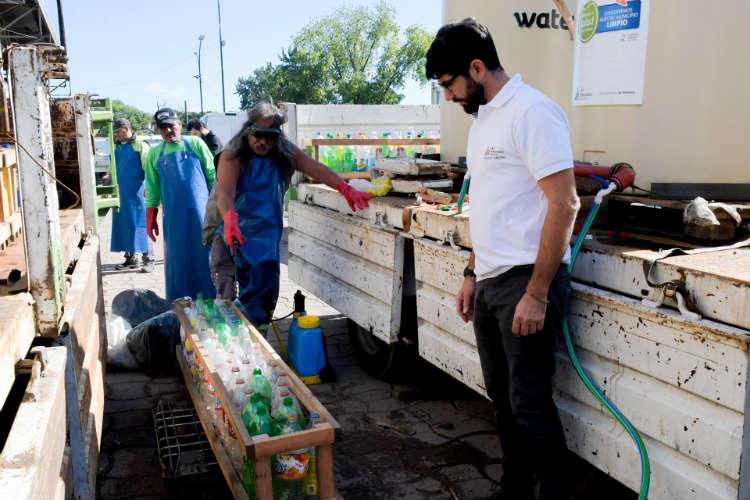 San Fernando entrega lavandina en todos los barrios con botellas recicladas