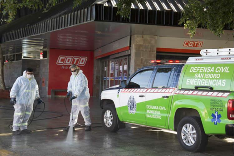 Tras el cierre por coronavirus del COTO Punta Chica, desinfectan los alrededores del supermercado
