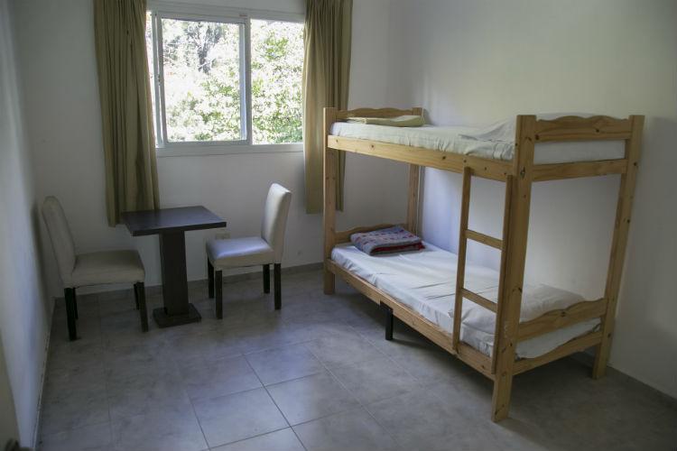 El intendente de Vicente López, Jorge Macri, recorrió las habitaciones que se habilitaron dentro del club para la atención de pacientes con síntomas leves de coronavirus