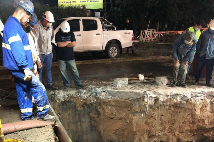 AySA repara una cañería de agua en Gral. Pacheco dañada por una contratista de gas mientras realizaba trabajos