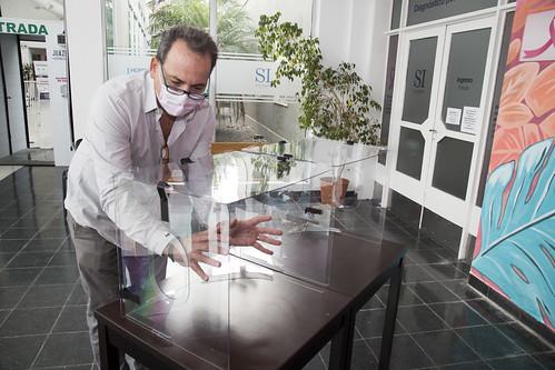 Donan a San Isidro cabinas de intubación para protección ante el coronavirus