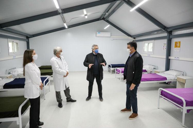 El presidente Alberto Fernández visitó esta tarde un hospital de campaña que será destinado a la atención de pacientes con coronavirus en el polideportivo municipal de Vicente López, junto al intendente local, Jorge Macri.