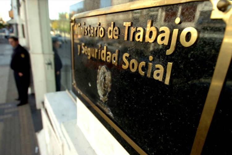 El Ministerio de Trabajo oficializó que homologará rebajas salariales de hasta el 25% para trabajadores suspendidos