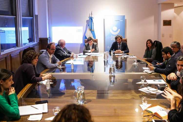 El jefe de Gabinete, Santiago Cafiero, y el ministro de Desarrollo Social, Daniel Arroyo, encabezaron esta tarde una reunión de trabajo para coordinar acciones de prevención y asistencia en los barrios populares del Área Metropolitana de Buenos Aires