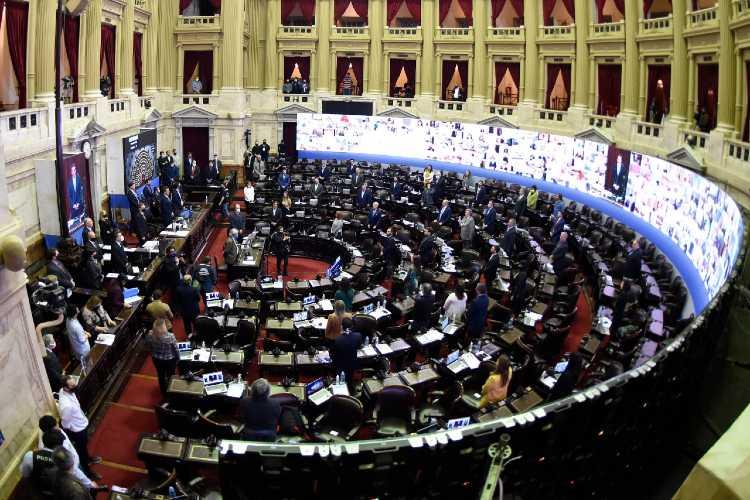 En su primera sesión virtual de la historia, Diputados aprobó beneficios para personal de salud