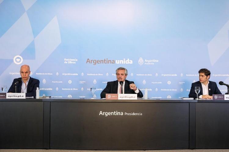 Fernández hizo el anuncio en la Residencia Presidencial de Olivos, acompañado por el gobernador de la provincia de Buenos Aires, Axel Kicillof, y el jefe de gobierno porteño, Horacio Rodríguez Larreta.