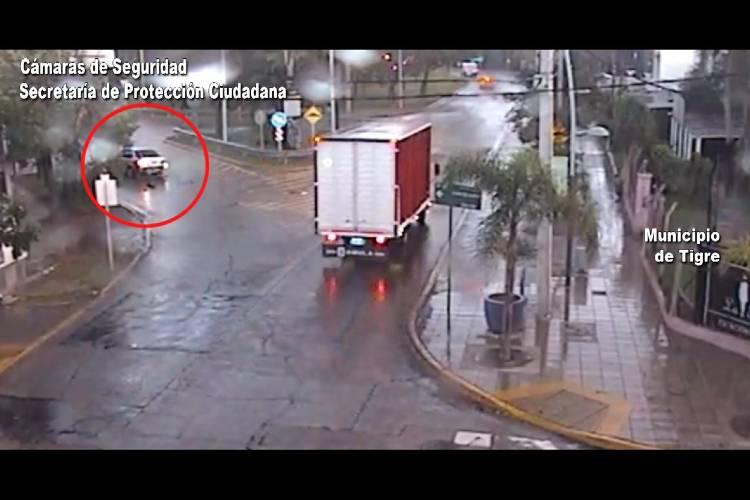 Tigre: Perdió el control de su vehículo y chocó contra una parada de colectivos