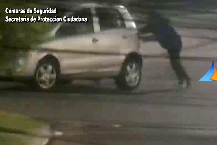 Robo frustrado en San Fernando se llevaban un auto empujando.