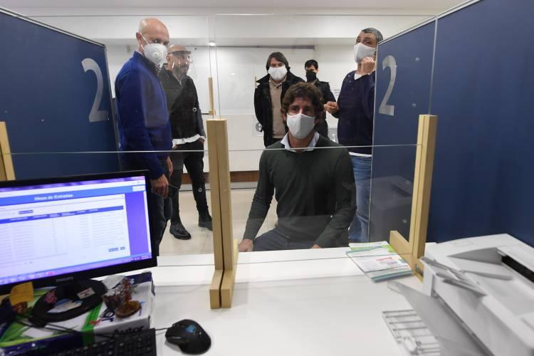 Juan Andreotti agradeció a la empresa IMS, que donó protectores de vidrio para oficinas municipales