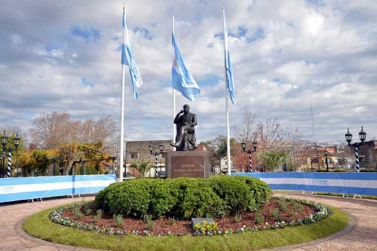 Fueron más de 6 mil estudiantes los que formalizaron el voto de lealtad desde sus hogares a través de las redes sociales del Municipio, en una ceremonia que encabezó el intendente Julio Zamora junto al monumento a Belgrano.