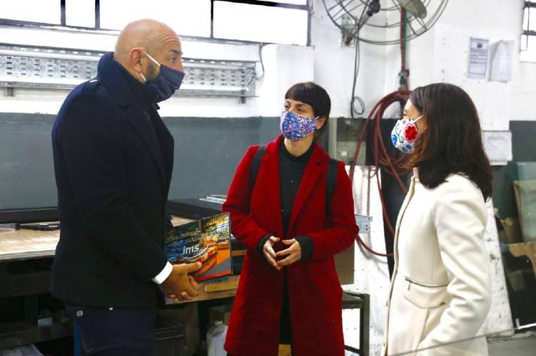 En el marco de la pandemia de coronavirus la empresa IMS donó una importante cantidad de paneles protectores para comercios de Tigre. Las Concejalas de FR Tigre Visitaron la Planta.