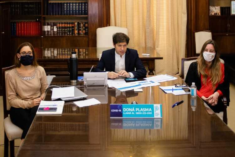 Axel Kicillof junto a la directora general de Cultura y Educación, Agustina Vila, y la ministra de Trabajo, Mara Ruiz Malec