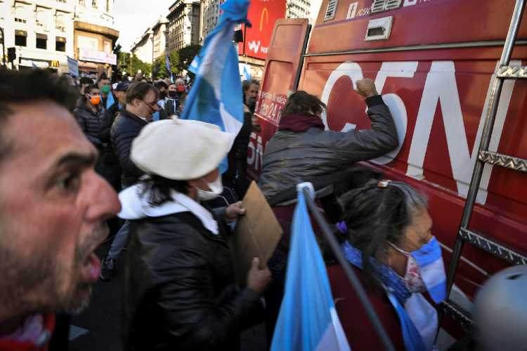Incidentes con un móvil de C5N que fue atacado por manifestantes autoconvocados en el Obelisco