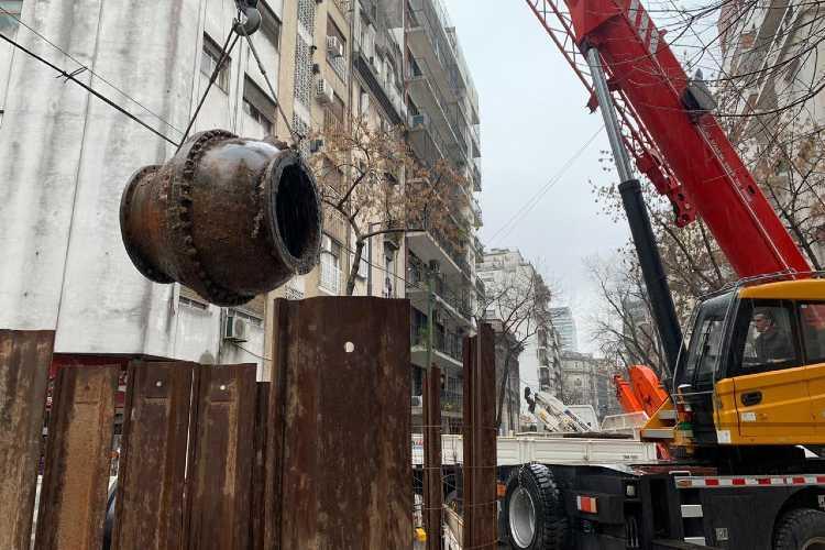 Aysa retiró una centenaria válvula de más de un metro de diámetro en Barrio Norte