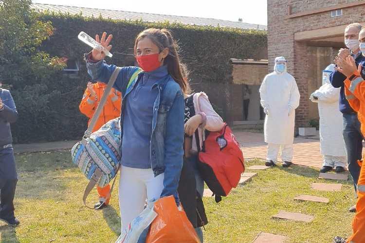 las primeras vecinas dadas de alta tras cumplir 14 días en ese lugar: Andrea Morena y su hija Lara, de 10 años.