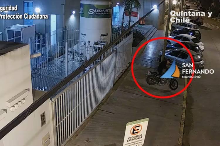 Fue seguido por las cámaras de seguridad e interceptado por móviles de Protección Ciudadana que lo detuvieron y recuperaron el motovehículo