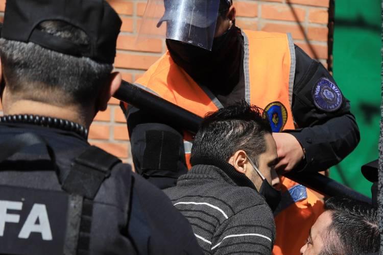 Un ex policía se esposó en la puerta de Olivos y reclamó hablar con el presidente