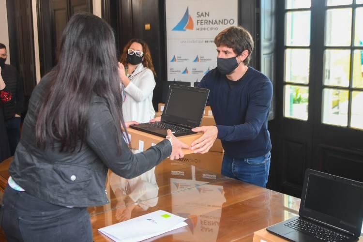 """Andreotti entregó netbooks del Programa """"Conectar Igualdad"""" a estudiantes de San Fernando"""