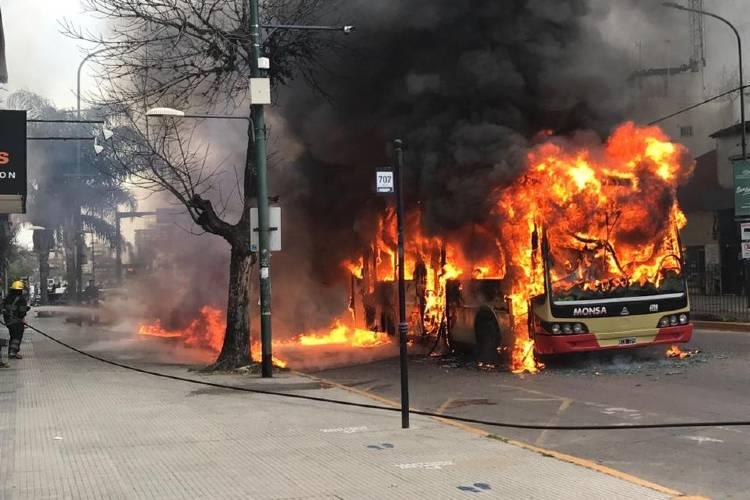 El incendio de un colectivo en San Isidro causó alarma entre los vecinos
