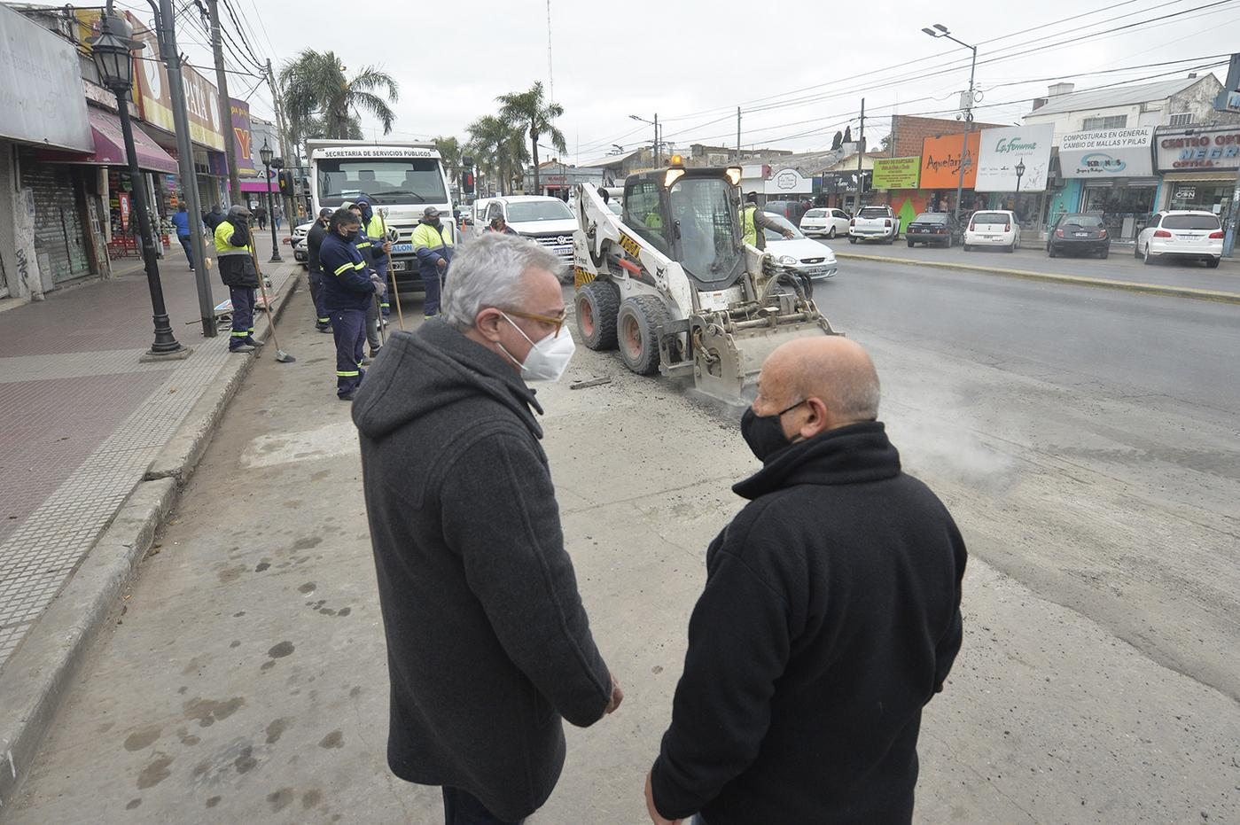 Julio Zamora supervisó la puesta en valor de la Comisaría de la Mujer y los trabajos de bacheo en la Ruta 197