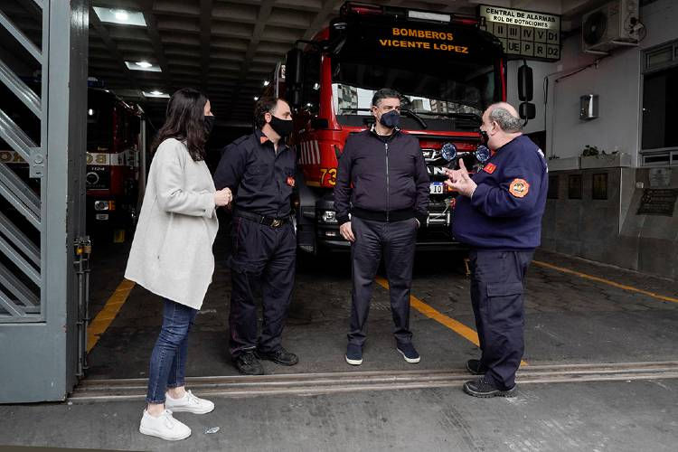 Entrega de equipamiento para los bomberos voluntarios de Vicente López