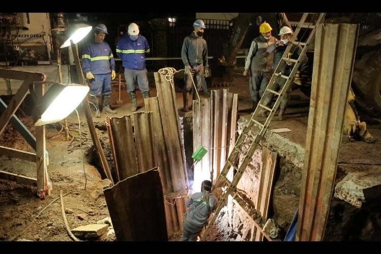 AySA repara una importante cañería de agua en Carapachay