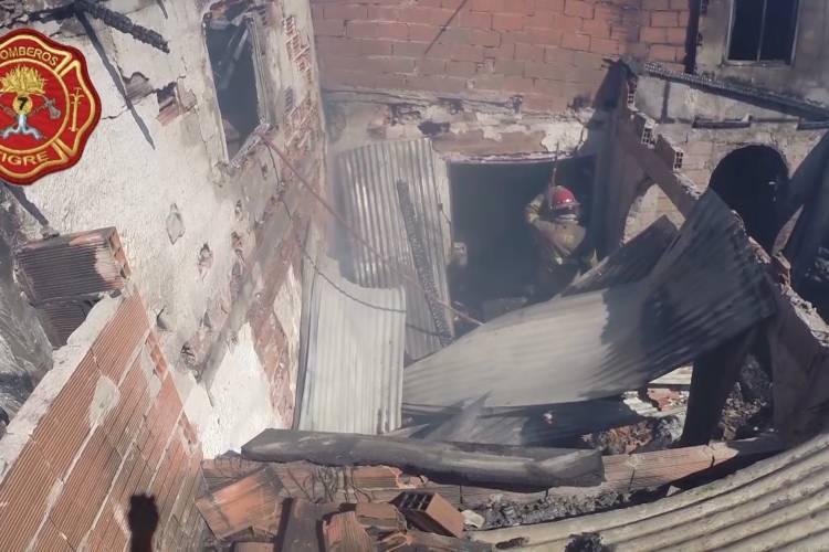 Impactante incendio en una casa de Troncos del Talar