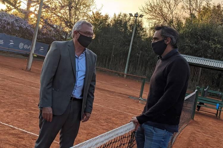 Julio Zamora y Mariano Zabaleta monitorear el protocolo sanitario para la práctica de tenis en Tigre