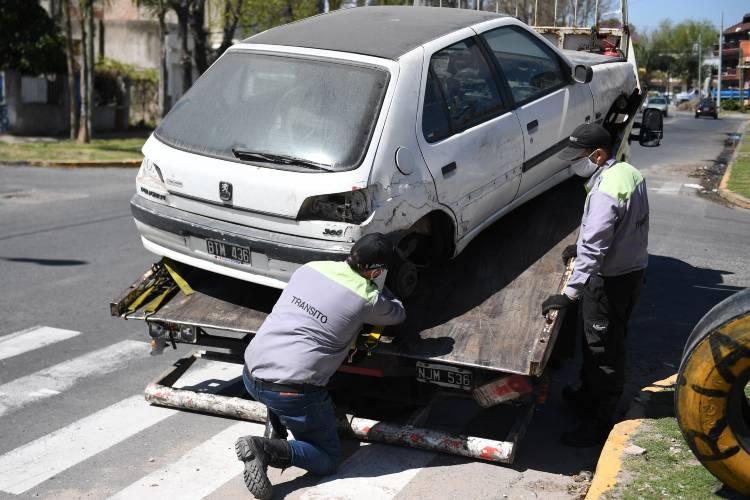 En San Fernando remueven vehículos abandonados en la vía pública