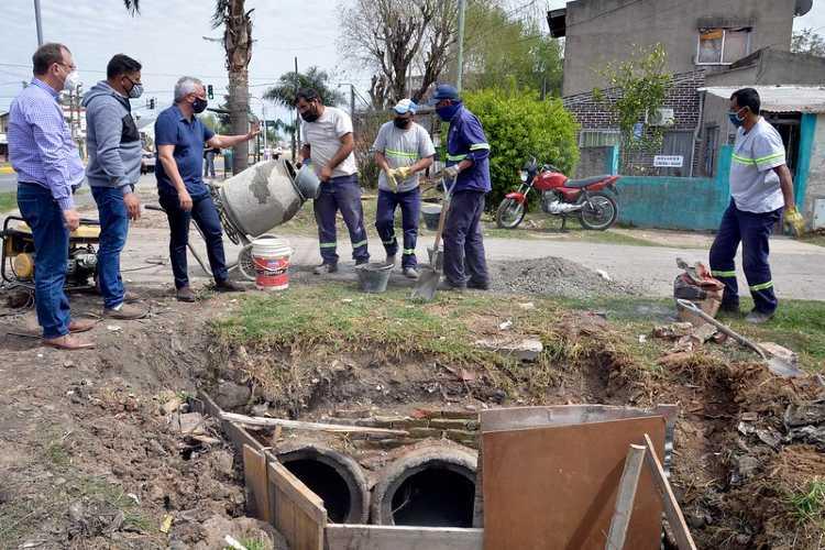 Julio Zamora supervisó tareas de pintura en escuelas y la construcción de desagües