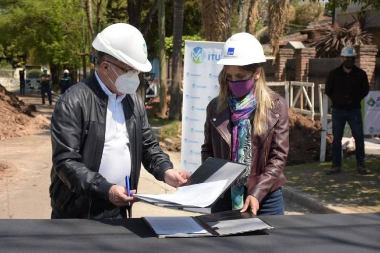 Malena Galmarini y Alberto Descalzo recorrieron una obra que beneficiará a 6.000 vecinos de Ituzaingó